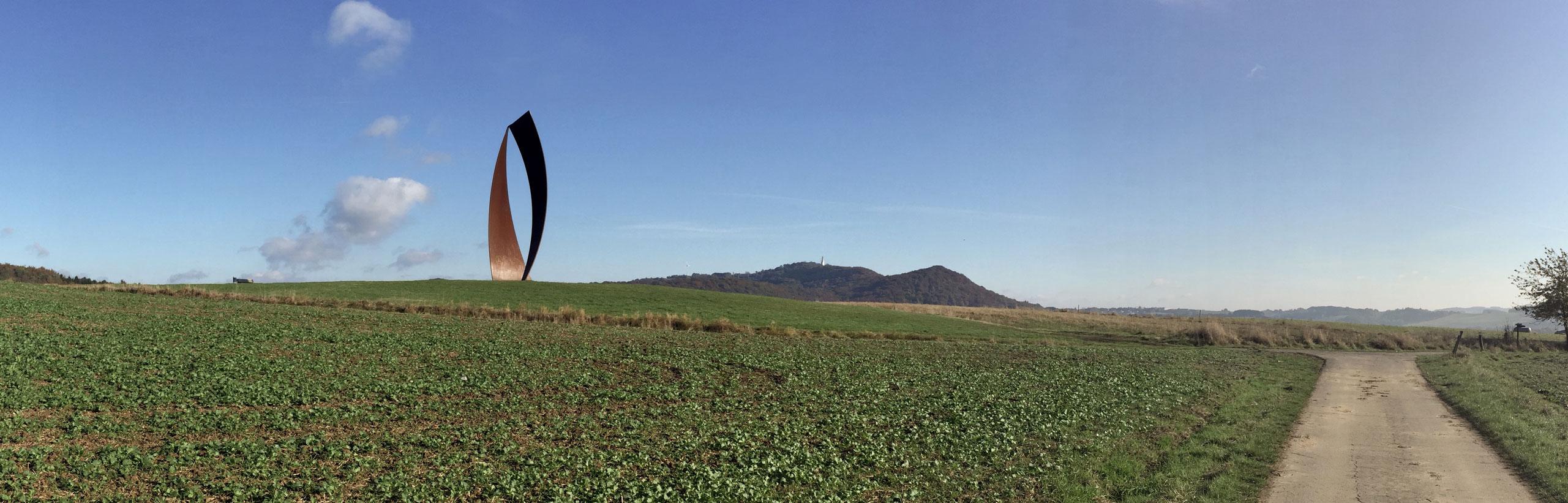 Panoramabild über ein Feld mit Blick auf das Wortsegel